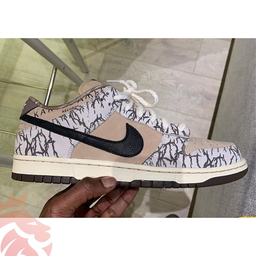 "Travis Scott holing Nike SB Dunk Low ""Sample"""
